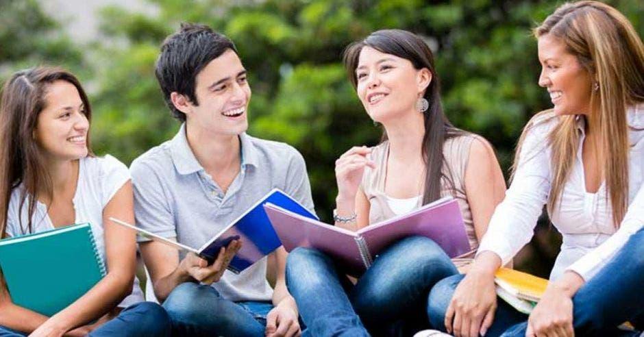 Personas con cuadernos sonriendo