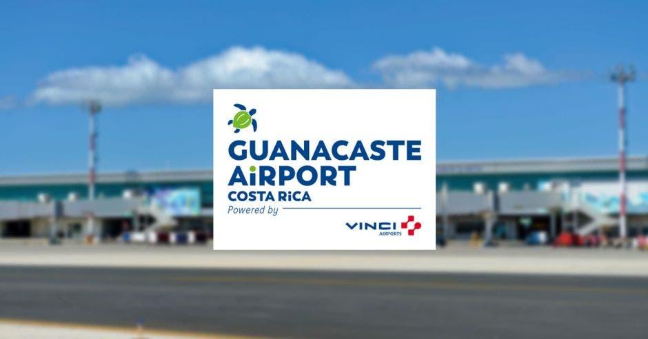un aeropuerto y varias mangas de aeropuerto. Logo de una tortuga verde de frente.