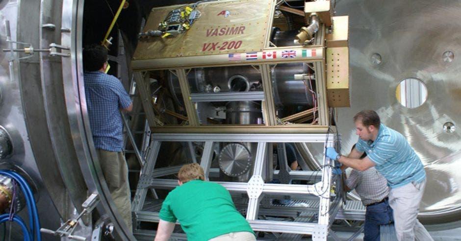 Ingenieros trabajando en el motor de plasma que impulsa la empresa Ad Astra
