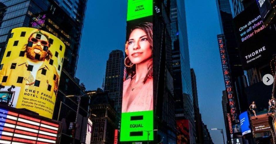 Valla de Debi Nova en Times Square