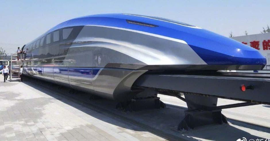 un tren plateado con detalles en azul