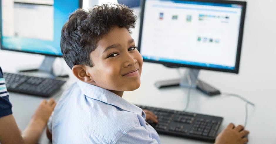 Estudiante utiliza una computadora en su centro de estudio.