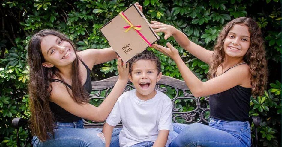 Isabela y Daniela Mesén son las creadoras de Happy Box.
