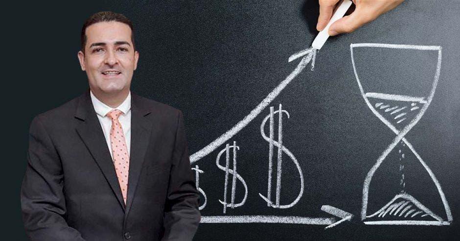 Hombre de traje frente pizarra negra y persona escribiendo con tiza dólares