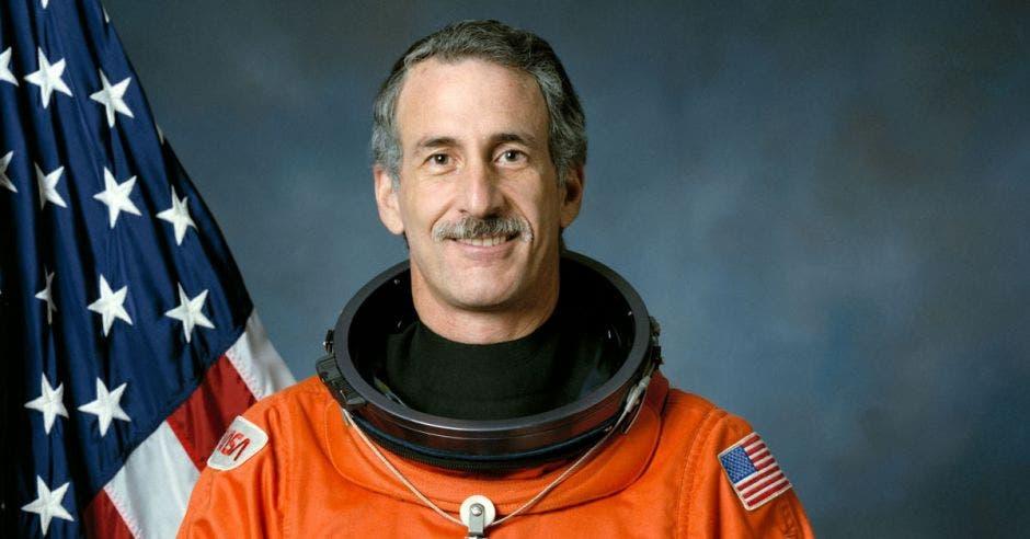 un hombre mayor de bigote con traje de astronauta
