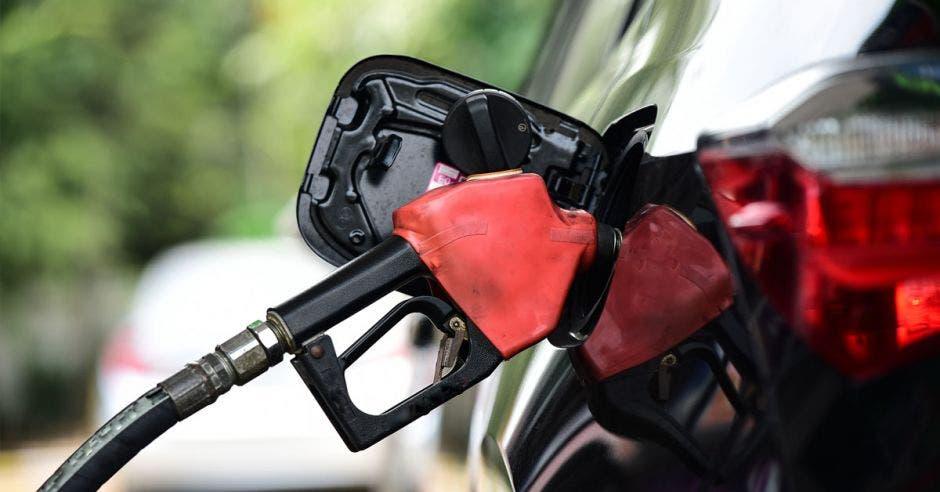 Carro cargando combustible