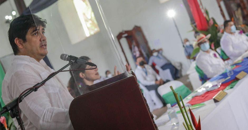 un hombre vestido con prendas blancas, da un discurso en una iglesia