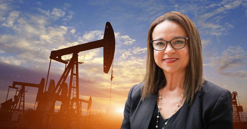 una mujer de anteojos sobre un fondo de concepto de petróleo