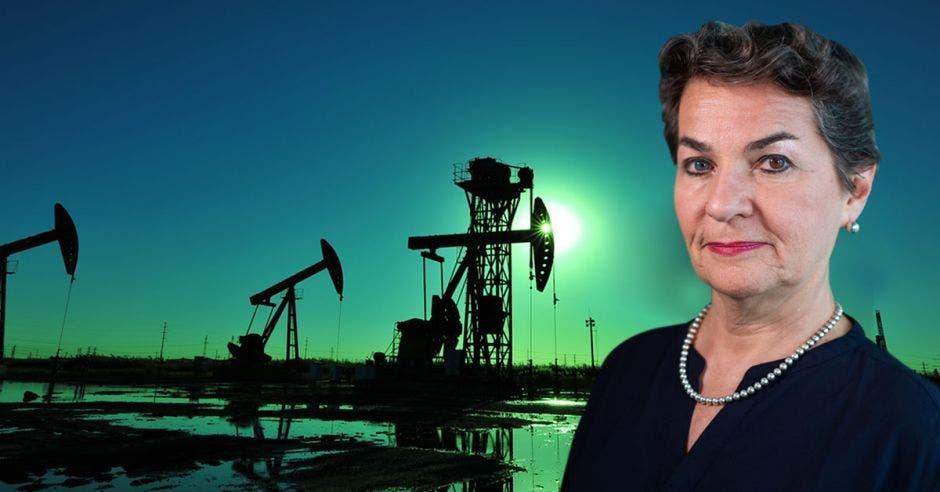 una mujer de vestido negro y collar de perlas sobre un fondo de explotación petrolera