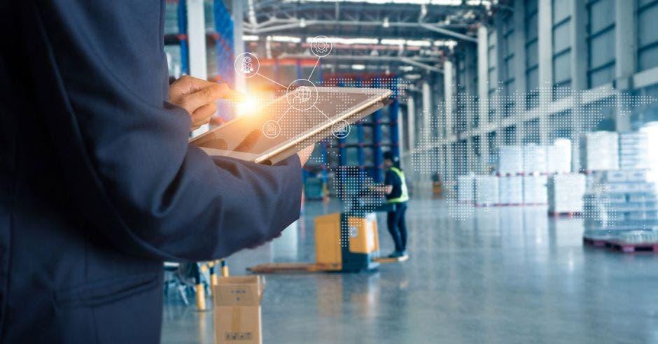 Foto de un trabajador haciendo inventario en un parque logístico