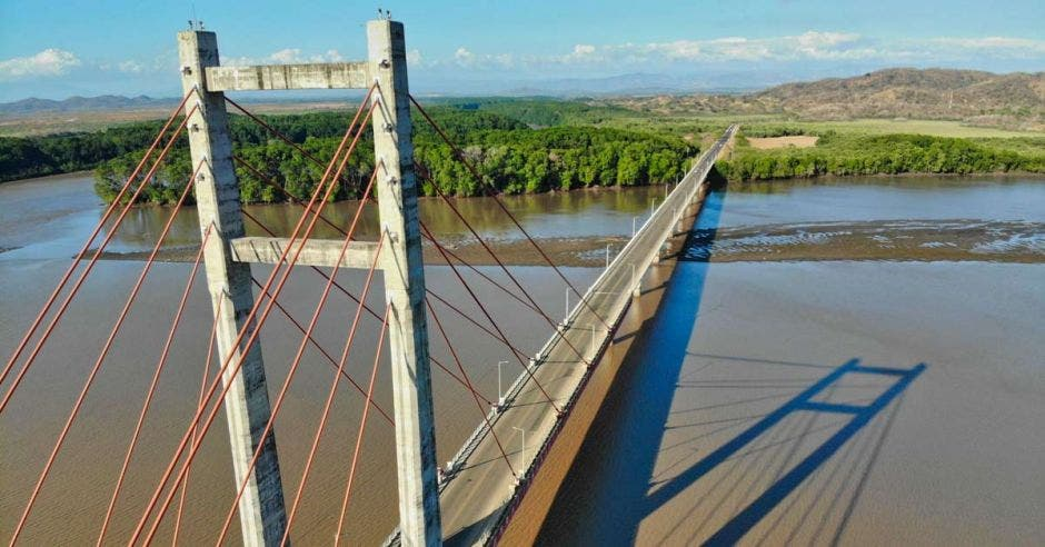 Foto aérea del puente La Amistad, en Guanacaste