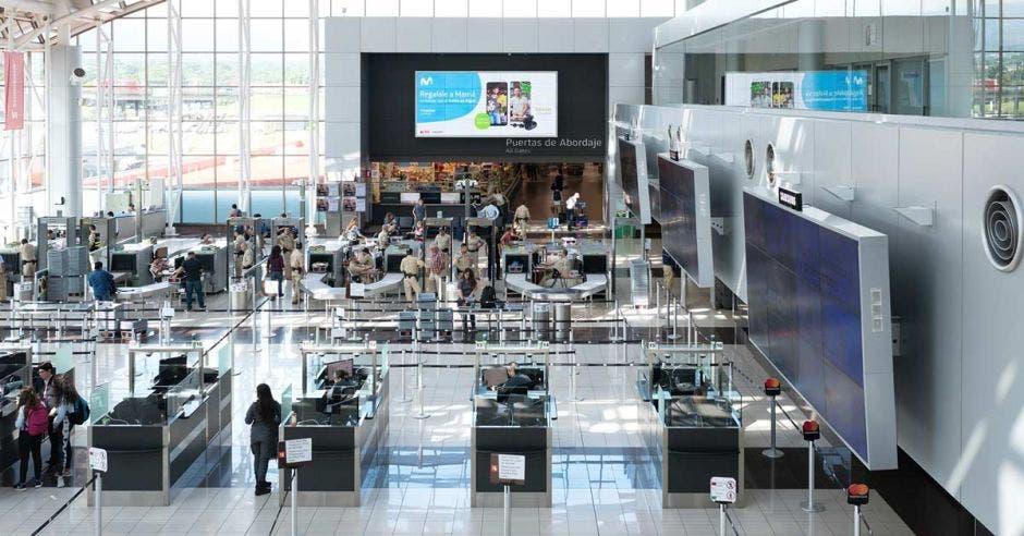 el lobby de un aeropuerto con concurrencia de pasajeros