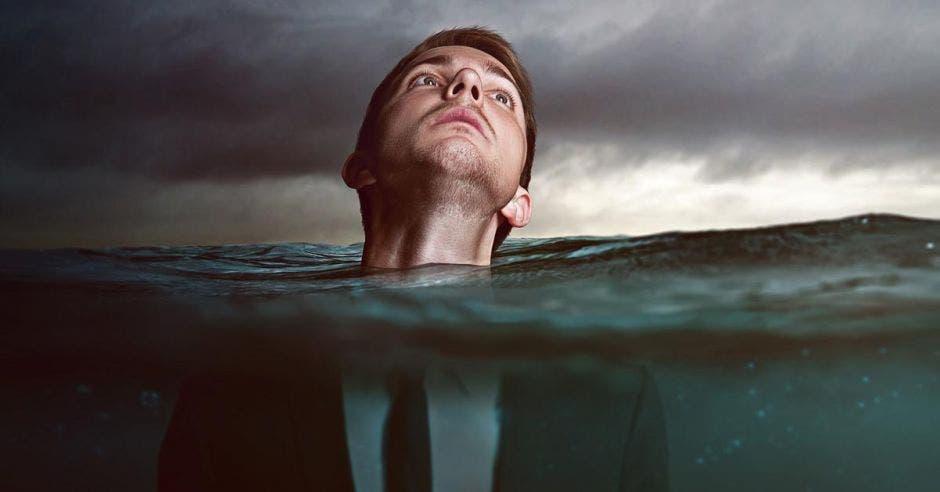 hombre sumergido en el agua con cabeza en superficie