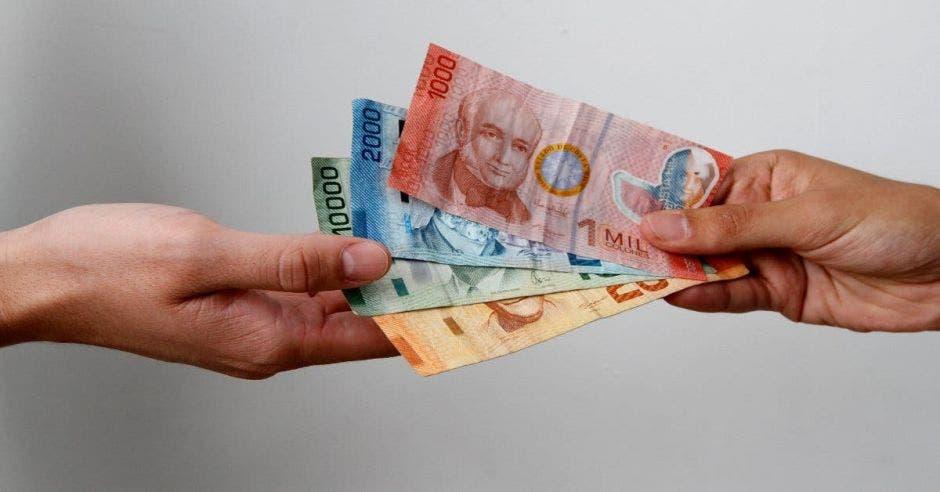 Personas pasándose dinero