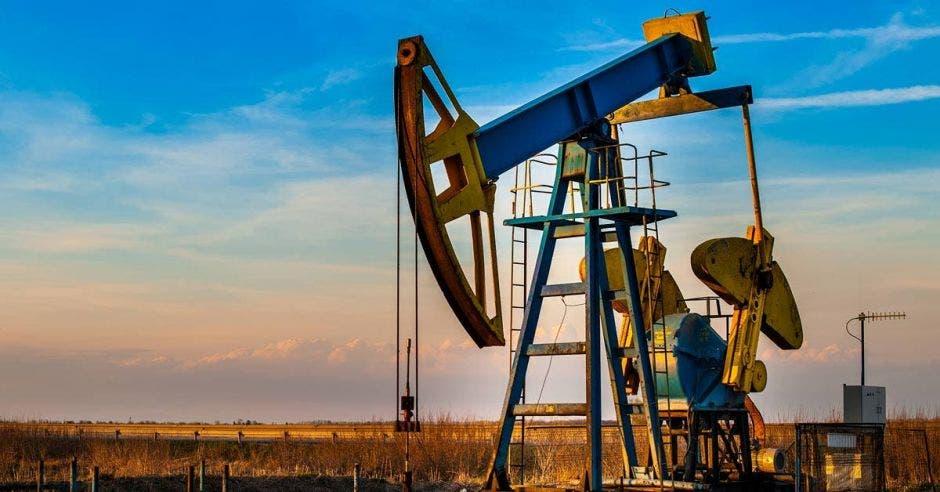 concepto de fracking. una máquina extrae petróleo de un desierto.