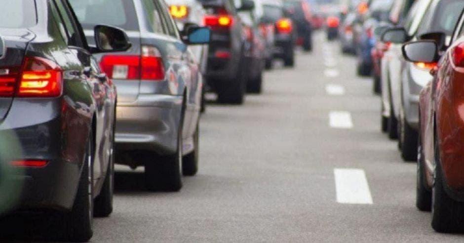fila de automóviles en presa