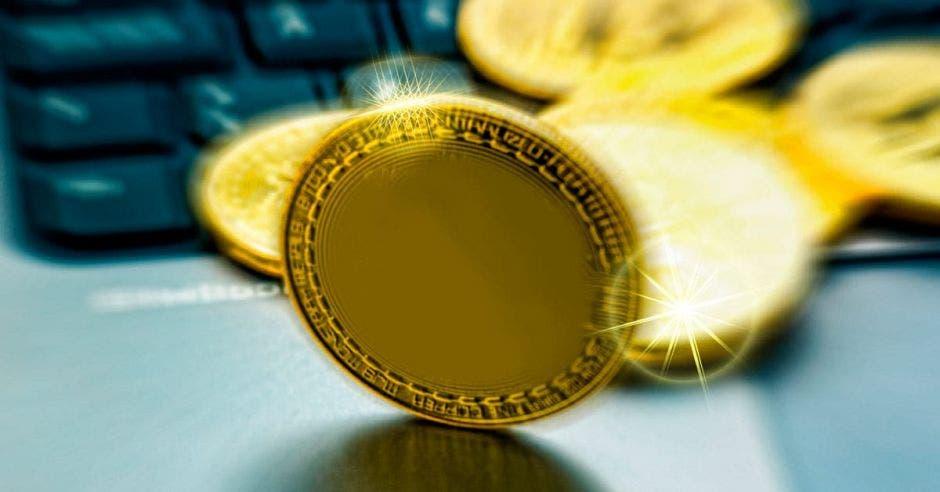 Moneda frente a teclado