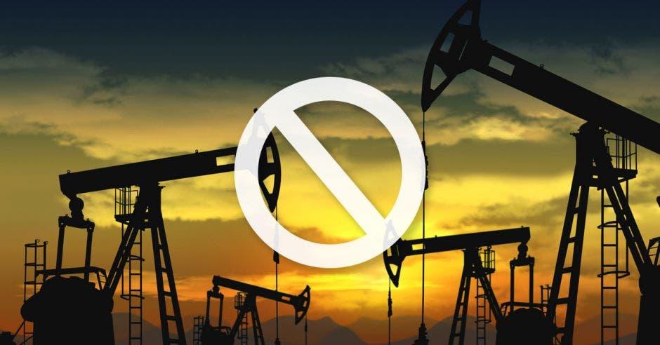pozos petroleros al atardecer