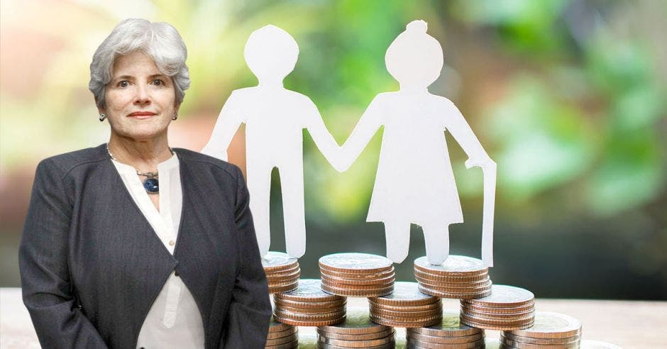 Mujer de pelo canoso frente a pareja de papel sobre monedas