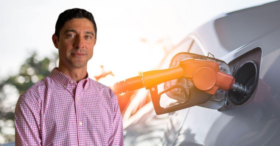 un hombre de camisa rosa sobre un fondo de una pistola echando gasolina a un automóvil