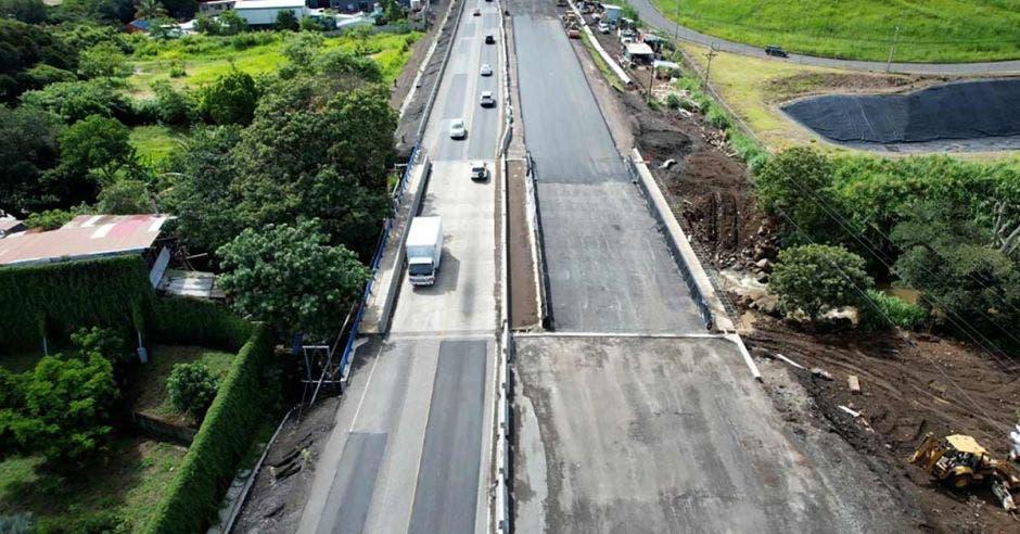 Foto aérea de los seis carriles en el puente sobre el río Ciruelas, en Alajuela