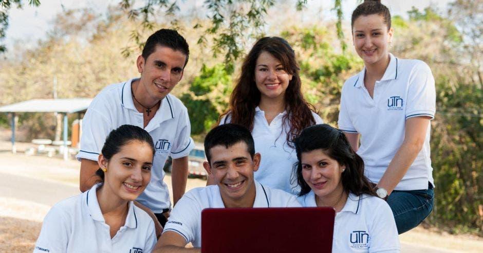 grupo de estudiantes de la UTN