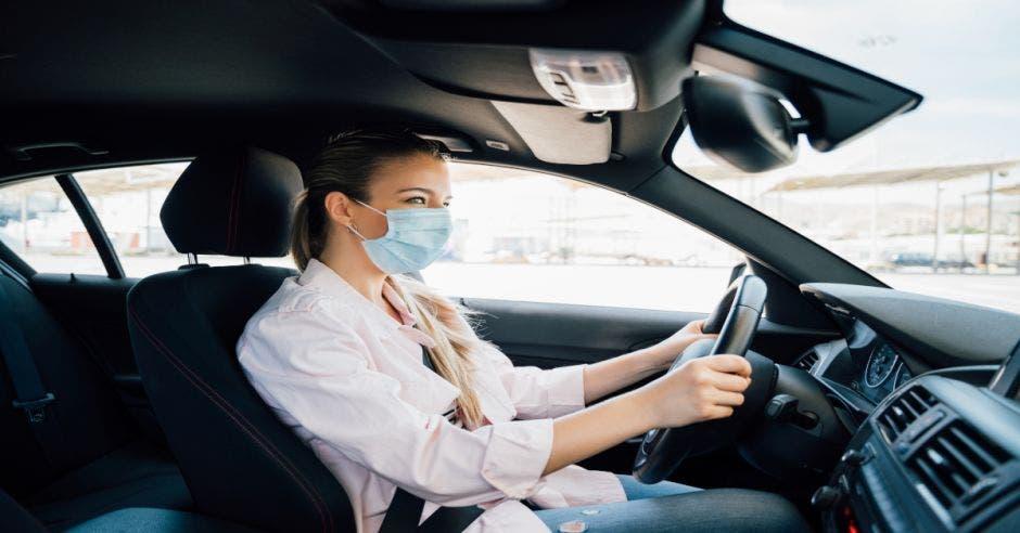 Mujer conductora de Uber