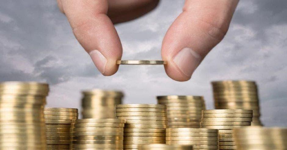 Mano de persona con monedas