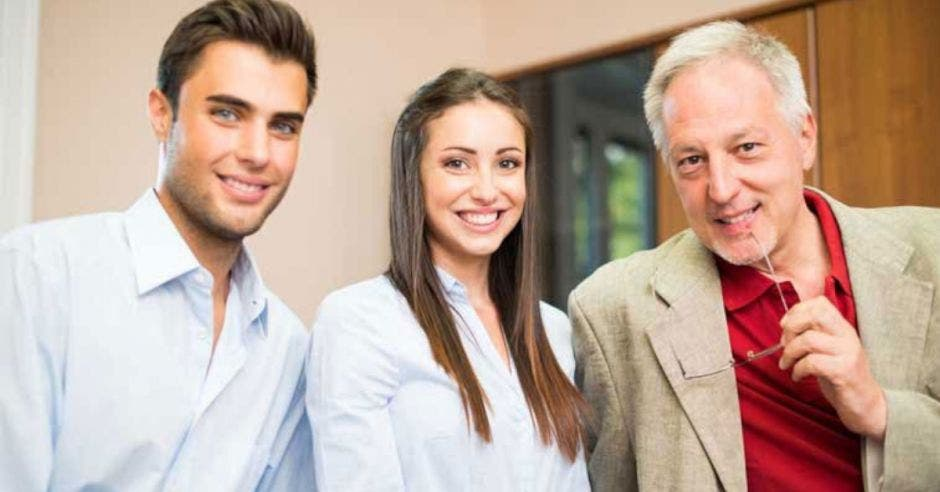adulto mayor empresario con hijo e hija