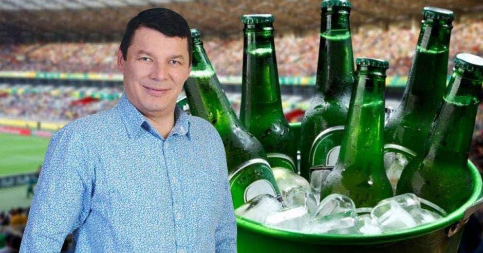 Óscar López, aspirante del PASE junto a cubeta con hielo y cervezas