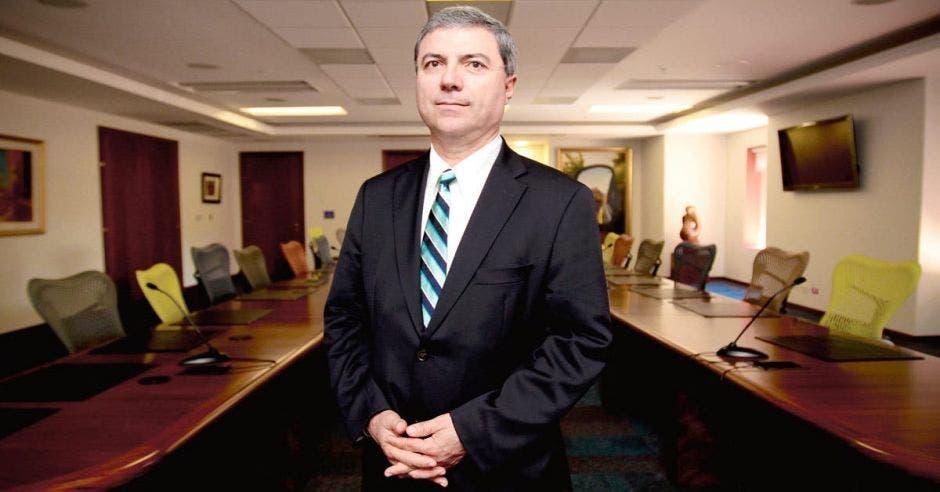 Hombre de traje en oficina