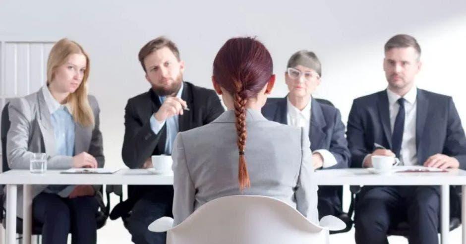 mujer siendo entrevistada para un trabajo