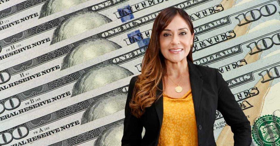 Mujer sonriente frente a dólares