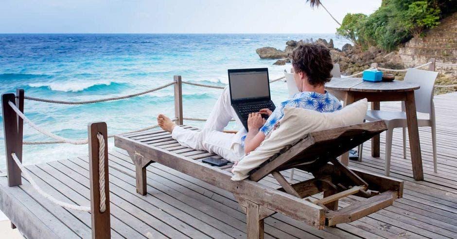 La ley de nómadas digitales le dará a Costa Rica una ventaja competitiva para atraer a este tipo de turistas. Shutterstock/La República.