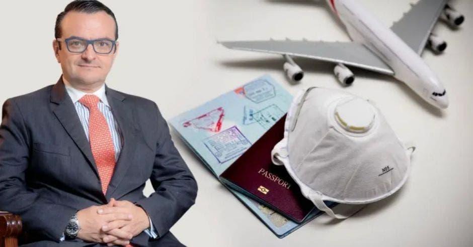Gustavo Segura en primera plana y una mascarilla y un pasaporte al fondo