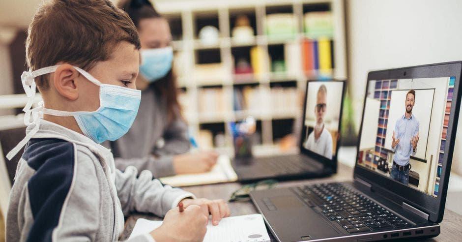 Niños utilizando computadora