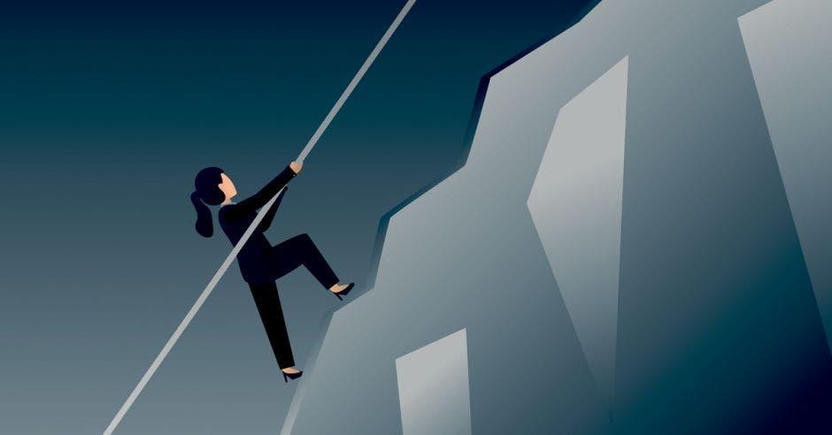 Mujer en dibujo tratando de escalar montaña