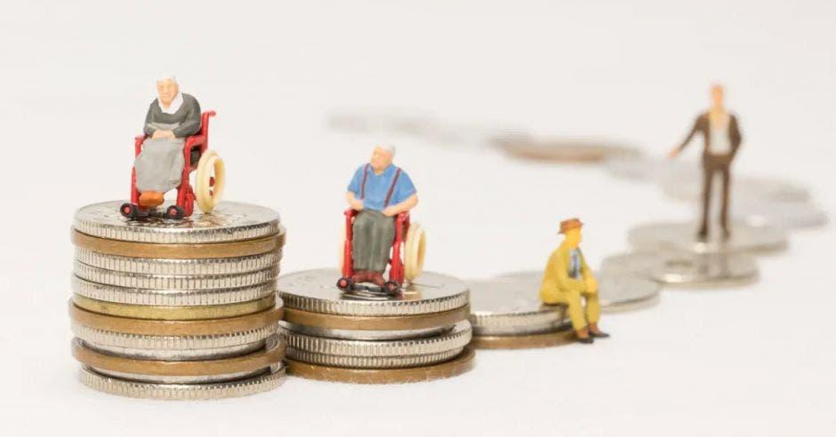 monedas en puño y señores con sillas de rueda encima
