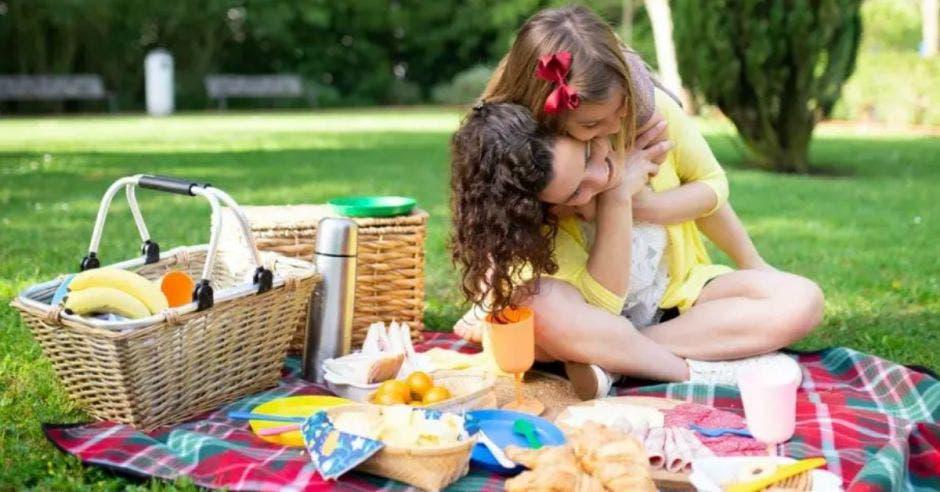 madre e hija realizando un picnic