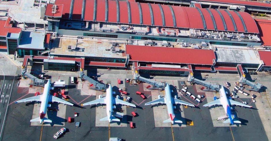Aviones estacionados en el aeropuerto Juan Santamaría