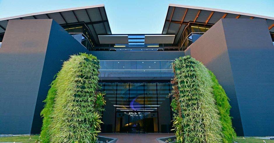 Edificio con fachada verde