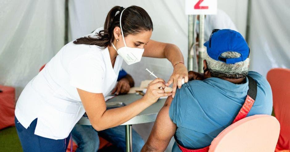 Enfermera vacunando