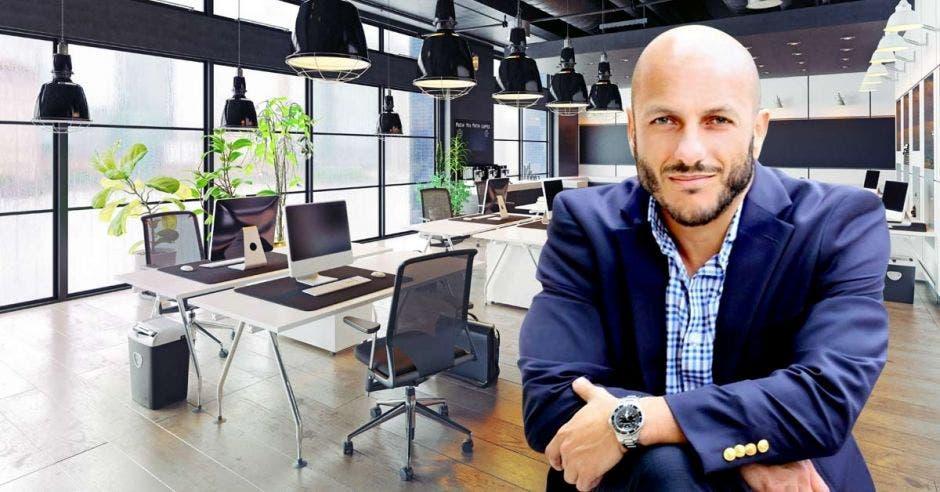 Hernán Freer, en primer plano con oficinas modernas de fondo