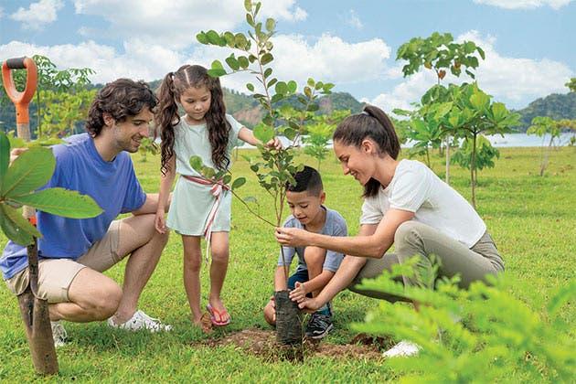 familia sembrando arboles