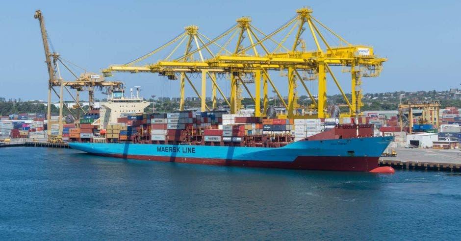 Barco de Maesrks descargando en un puerto