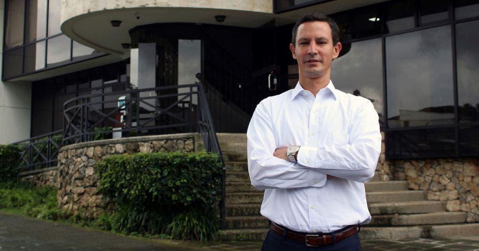 Juan Carlos Rojas, director general de Grupo Laguna en las afueras de la sede de la compañía. Cortesía / La República