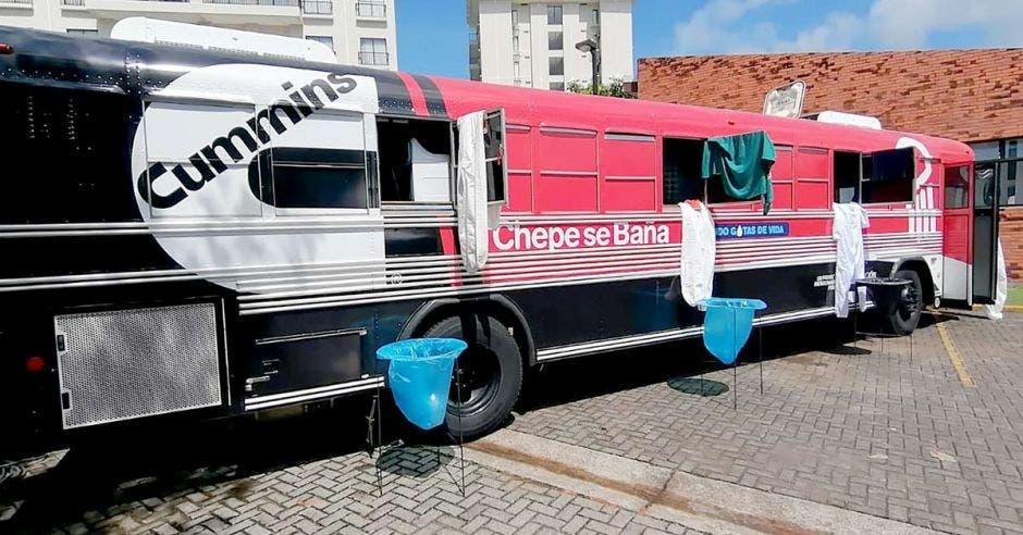 Bus de chepe se baña en un hotel en Garabito