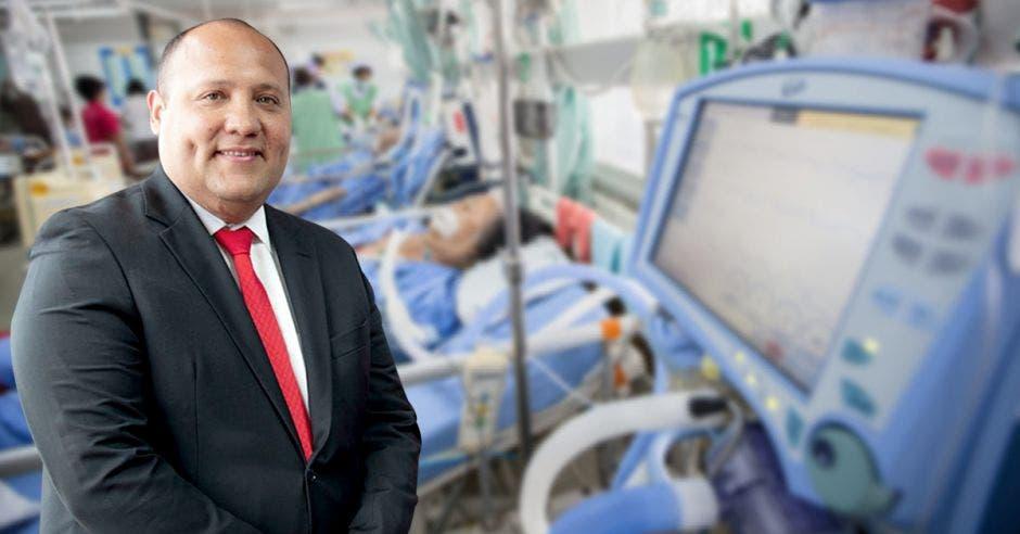 Marios Ruiz, gerente médico de la Caja, con una unidad de cuidados intensivos de fondo.