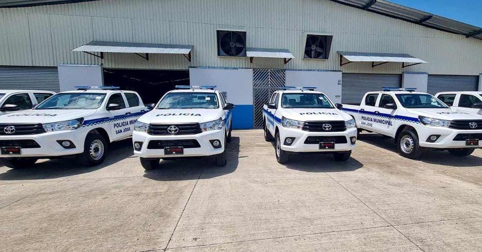 Cinco nuevas patrullas estacionadas en la sede de la Policía Municipal de San José