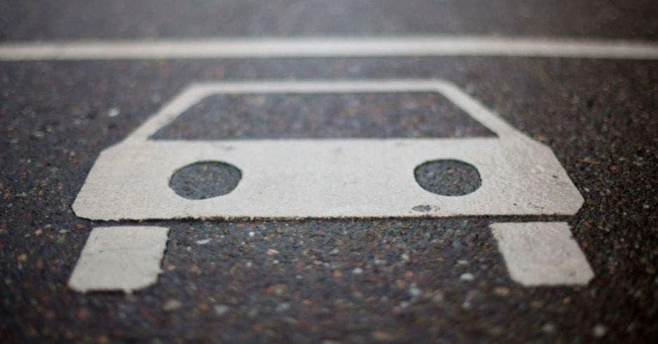 dibujo de auto en pavimento
